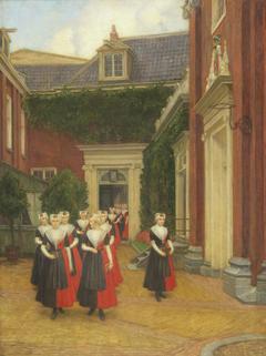Amsterdamse weesmeisjes terugkerend van kerkbezoek op binnenplaats van het Burgerweeshuis