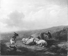 Een bergachtig landschap met rustend vee