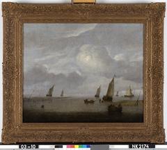 Kalme zee met zeilboten