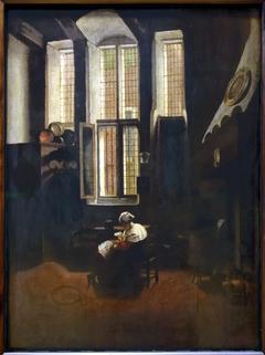 Scène d'intérieur. Une femme assise fait la lecture à un jeune garçon