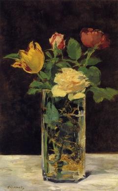 Roses et tulipes dans un vase