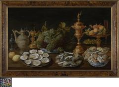 Pronkstilleven met oesters, vruchten en gebak