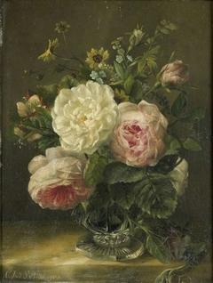 Stilleven met bloemen in een kristallen vaas
