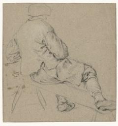 Zittende boer, op de rug gezien, met een been op de bank