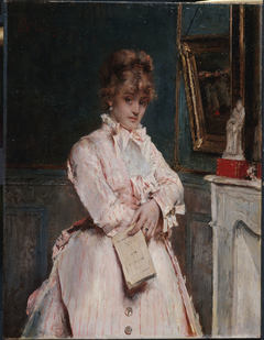 Jeune femme tenant un livre