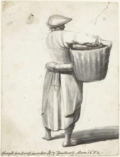 Vrouw met hoofddeksel en een mand, van achteren