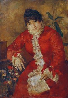 Frau im scharlachroten Kleid mit Zeitungsblatt und Ficus