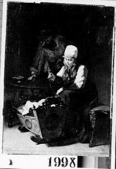 Familiegeluk - Jonge boerin met lichtblond loshangend haar onder witte muts, zittend bij een wieg