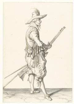 Soldaat die zijn musket met beide handen bij zijn linkerdijbeen vasthoudt