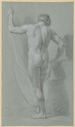 Staand mannelijk naakt voor een gordijn, op de rug gezien