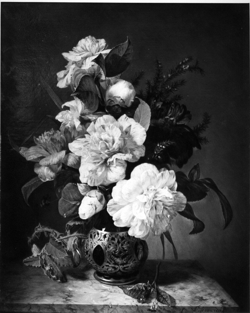 Vase avec des camélias et d'autres fleurs