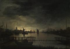 Mondscheinlandschaft mit einer Stadt an breitem Kanal