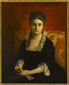 Portrait de femme en robe noire tenant un gant