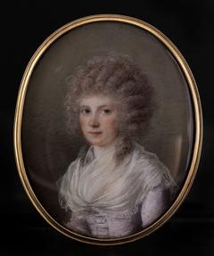 Portrait d'une jeune femme en perruque bouclée