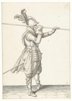 Soldaat die zijn spies met beide handen horizontaal boven zijn rechterschouder tilt